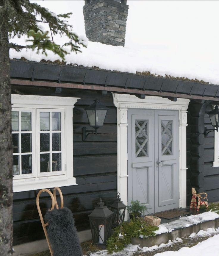 Cabin entrance. From Vakre hjem og interiør.