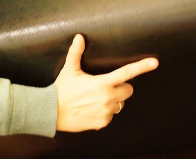 Das Thema Indianer kommt vor allem bei den Jungen immer wieder gut an. Da kann man auch mal ein Fingerspiel anbringen. Material: kein Material erforderlich Alter: ab 2 Jahre Spielidee: Der Text wird gesprochen. Die Finger- / Handbewegungen sind hier kursiv dargestellt und können sehr einfach von den Kindern nachgemacht werden.  Fünf Indianer, die…