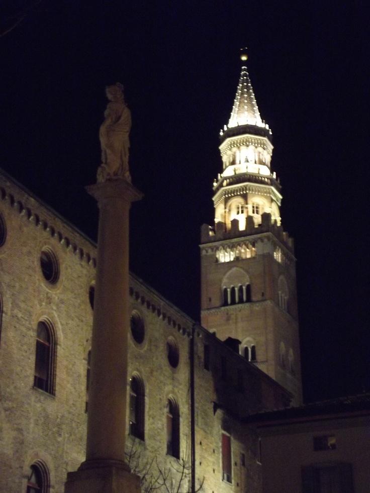 Vista del Torrazzo da Piazza della Pace - Cremona, Italia
