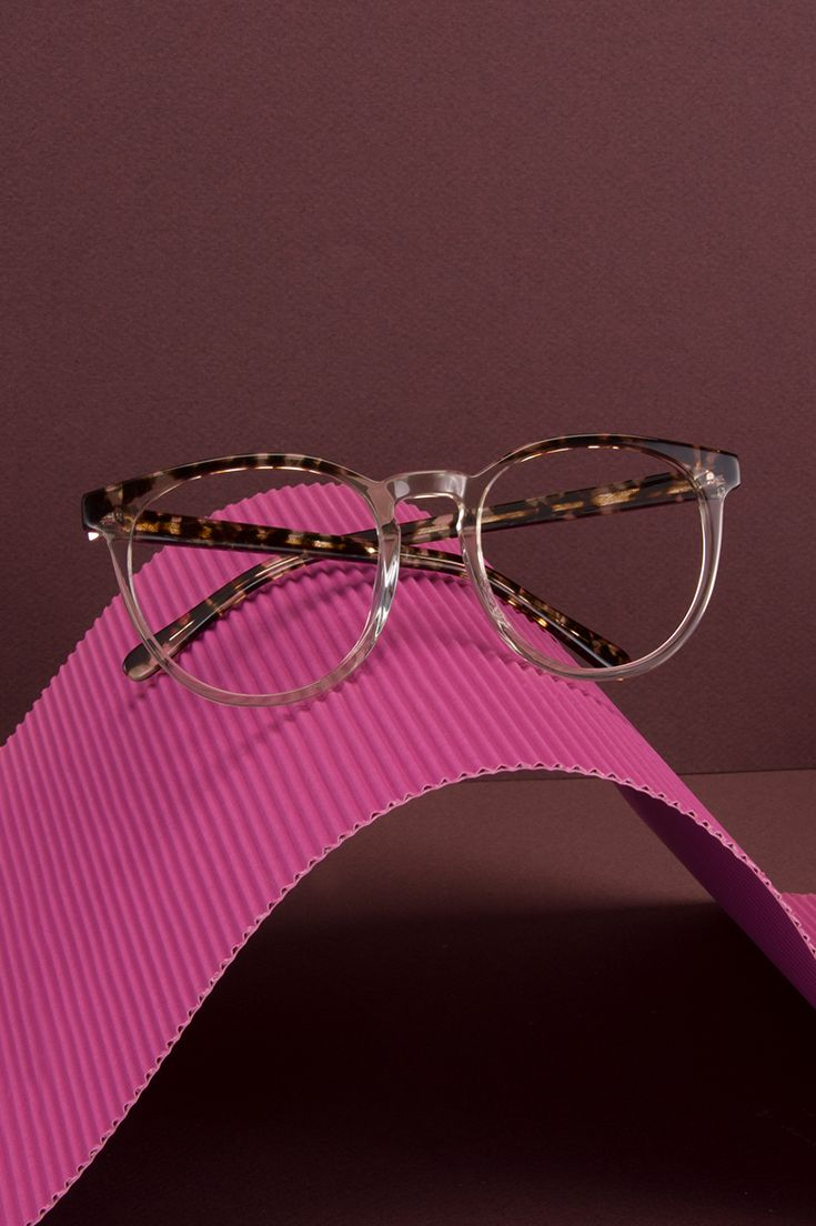 Brilliant frame in Blond Tortoise. Classic clear and tortoise pattern put together in a two-tone look. Slightly oversized round frame.