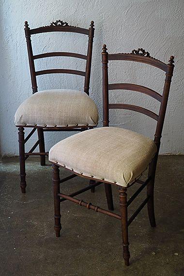リネンのフレンチチェア-antique french chair ハンガリーのオールドリネンが似合う、フェミニンなグログランリボン装飾がセンターに。アクセントとして固有の特性が出る縁飾りは共布で作ったバイアステープに鋲を飾り。底面から新たにバンドを張りクッションも詰め替えておりますので長くお座り頂けます。どちらも木部にダメージは無く実際お座り頂けるコンディション、それぞれの価格になります。