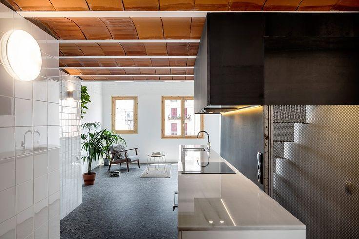Les architectes barcelonais du studio RÄS ont transformé avec brio un vieux grenier qui disposait d'un bel espace volumétrique avec un toit à double pignon caché derrière le plafond existant. Cela leur a permis de convertir un espace d'un seul niveau en un appartement sur deux étages avec une chambre à l'étage.  La lumière naturelle circule à travers la maison à partir des fenêtres situées à chaque extrémité de l'appartement et d'une lucarne dans le toit. La palette neutre, surtout...