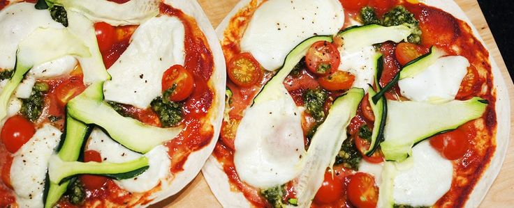 Gewoon wat een studentje 's avonds eet: Dinner: Tortizza met mozzarella, tomaat, zelfgemaakte pesto en courgette