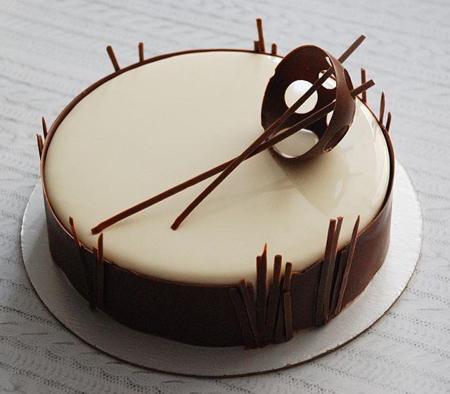 Для одного смелого и мужественного мальчика. А внутри чизкейк по рецепту Пьера Эрме, дважды выпеченная основа, выпеченный чизкейк и чизкейк мусс) торт поедет в Питер, поэтому декор сделала минималистично-устойчивым кстати есть один точно такой же свободный.