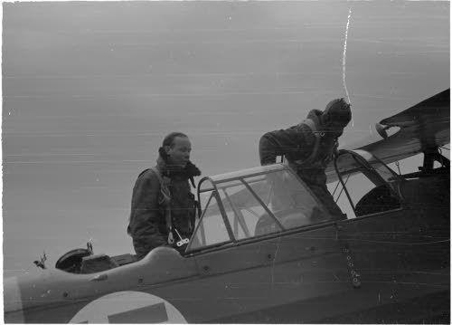 Viipuri on filmattu ja elokuvaaja tyytyväisenä koneesta säilyttyään eheänä ryssien it-tulessa. (1941-07-01 SA-kuva). Kone on Fokker