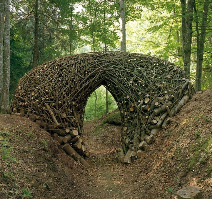 Petit Pont de Bois par Bob Verschueren, artiste belge autodidacte né à Etterbeek en 1945 et établi à Bruxelles. Bob Verschueren est connu dans le monde entier pour ses installations végétales.