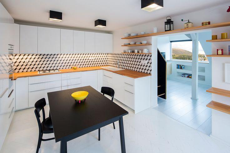 Na podlahy použili kombinaci velmi světlých laminátových podlah, keramické dlažby a bílého nátěru na repasované parkety - ProŽeny.cz