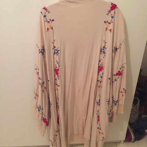 MES DEMOISELLES… Kimono, veste beige brodé fleurs de couleurs roses bleues jaunes.