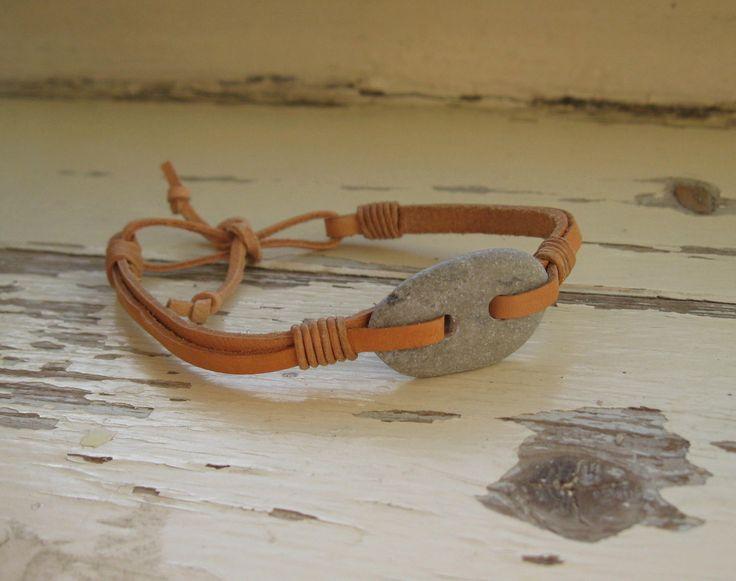 Kožený náramek s oblázkem Náramek je vyrobený z plochých řemínků přírodní kůže o šířce 5 mm a 3 mm. Zdobí ho knoflík z oblázku. Délka náramku - 17 cm až 20 cm. Délka se dá zavázáním upravit.