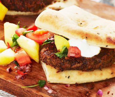 Vegetariska bönburgare med mangosalsa är ett gott alternativ till vanliga hamburgare. Dessa burgare är smakrika och heta och receptet innefattar även en delikat salsa av mango.