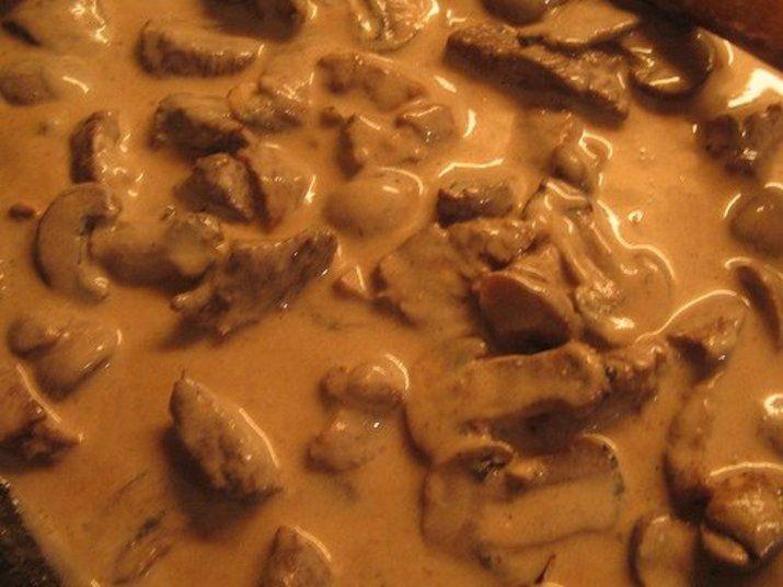Estrogonofe Ingredientes: 4 filés de peito de frango cortados em cubos 1/2 cebola picada 2 colheres de sopa de catchup light ou purê de tomate 1 colher de sopa de mostarda Dijon 1 colher de sopa de molho inglês 2 colheres de sopa de creme de ricota light ou requeijão 0% de gordura Páprica picante e sal a gosto Salsinha Modo de preparo: Refogue a cebola e adicione o frango. Cozinhe por 5 minutos em fogo baixo. Adicione a páprica o catchup, a mostarda e o molho inglês e deixe ferver por mais 5…