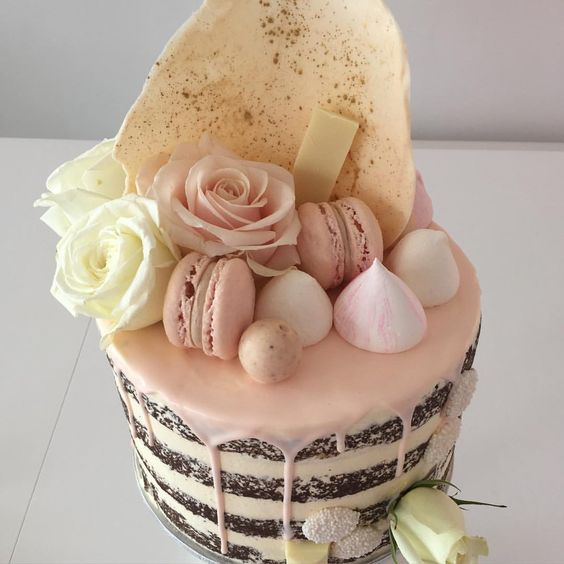 Soft pink and gold drizzle. #nakedcake #nakeddrizzlecake #nakedcakewithfreshflowers Meringues by @sugarcubecandy: