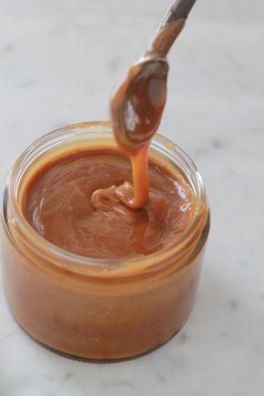 Difficile de résister à ce caramel au beurre salé, un classique de la cuisine bretonne. Facile et rapide. 3 ingrédients : sucre, crème, beurre. + Astuces pour le réussir. / cuisineculinaire.com