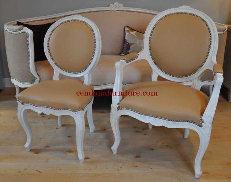 Kursi Single Rococo Kaki Lengkung terbuat dari kayu jati memiliki desain klasik rococo yang indah serta dibalut dengan synthetic leather coklat.