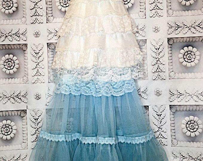 Uno de un vestido de novia tipo boho.  La parte superior de este vestido es blanco suave con copas de encaje, gasa ajustables y ajuste las correas. La falda tiene varias capas. La capa superior es una gasa de algodón blanco con un suave Hola dobladillo bajo, ajustado de encaje ondulado ancho blanco. Se recorta el cuerpo de la falda en el trabajo del applique blanco algodón. La capa inferior es filas de Gasa de nylon en niveles con hileras de encaje. Capa adicional de volantes de Gasa por…