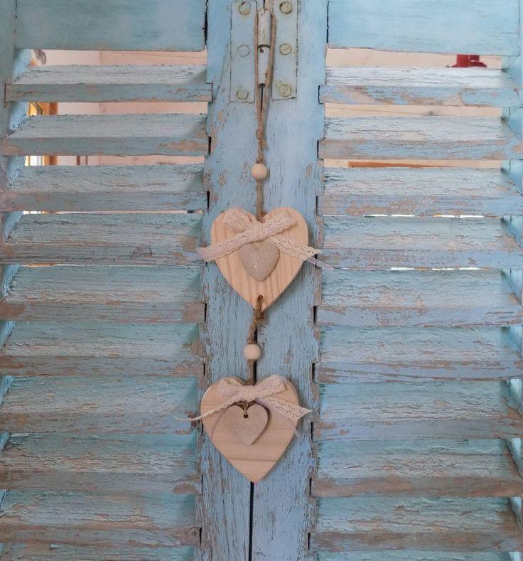 Guirlande de coeurs en bois ruban organza et dentelle coeur lin perle bois : Décorations murales par rouge-lin-et-bois