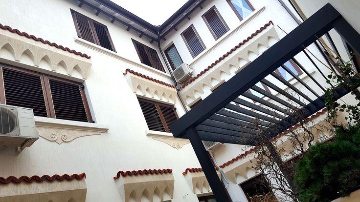 Amenajarea gradinii ca un lounge exterior este tema acestui proiect, unde spatiul exterior este, in fapt, o prelungire a livingului, a zonei de bucatarie, un spatiu in care familia se intalneste la cafea, la un pahar de vin in jurul fire pit-ului. La prima vizita, peisagistul Cosmin Coman a gasit o curte interioara cu rol …