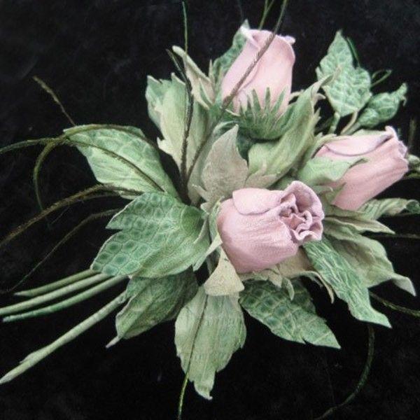 Изящная бутоньерка из натуральной кожи -розовые бутоны роз и травка из павлиньих перьев, как брошь на пальто, курточку, пиджак, сумочку или заколка для волос от Ирины Влади. Возможен любой цвет, размер, вариант крепления (брошь, заколка, ободок, клипсы для обуви) Узнать подробности и заказать можно тут http://www.livemaster.ru/item/6593091