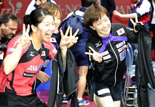 世界卓球女子準決勝で決勝進出を決め、ポーズをとる石川佳純(右)と森さくら(4日、国立代々木競技場)=共同 ▼5May2014日本経済新聞|日本女子31年ぶり決勝へ 世界卓球、中国に挑む http://s.nikkei.com/1kzCssU #team_Japan #2014_World_Table_Tennis_Championships #Kasumi_Ishikawa #Sakura_Mori