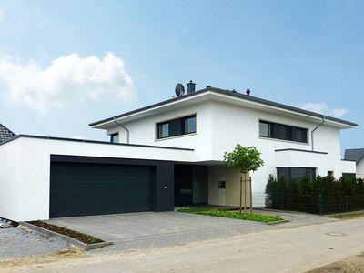 Einfamilienhaus in Rietberg, Stadtvilla, Bauhaus-Stil, Zeltdach, Putzfassade, Standstein
