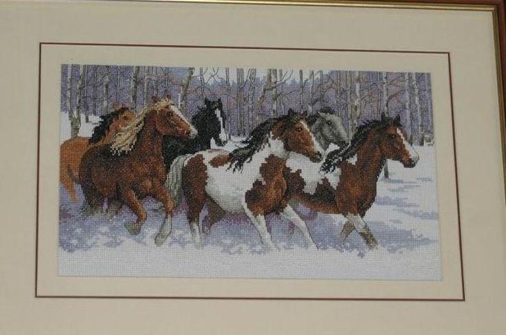 Horses in Snow - 1/3 Solo Patrones Punto Cruz | Aprender manualidades es facilisimo.com