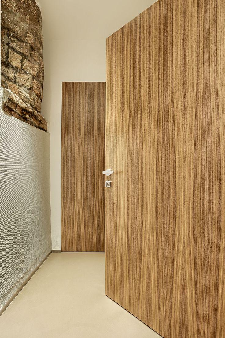 Linvisibile Brezza Vertical Pivot door, veneered wood finish.   #invisibledoors #designdoors #internaldoors #showroom