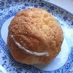 サンドウィッチパーラーまつむら - 「そぼろパン ピーナッツクリーム入り」(¥150):柔らかめのクッキー生地で作ったそぼろをトッピング、穏やかな甘さ