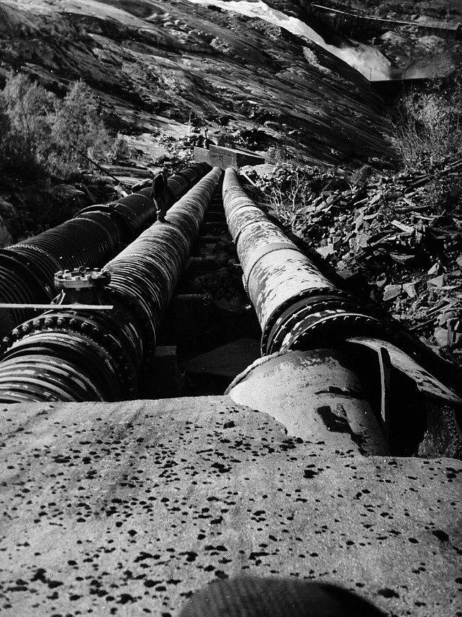 Kraftstasjonen i Glomfjord - De sprengte rørgatene gjorde at flere tonn vann og grus fosser nedover fjellsiden og trenger inn i kraftverket. - Foto: Nordlandsmuseet /