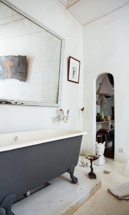 The Socialite Family | chez Théodore Fivel à Paris | Baignoire à l'ancienne | #decoration #intérieure #bathroom #minimaliste #white #grey #mirror #thesocialitefamily