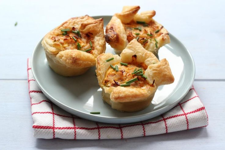 Deze hartige taartjes met ham zijn super simpel te bereiden en zo lekker! Houd jij niet van ham? Gebruik dan bijvoorbeeld kipfilet. Succes met koken!