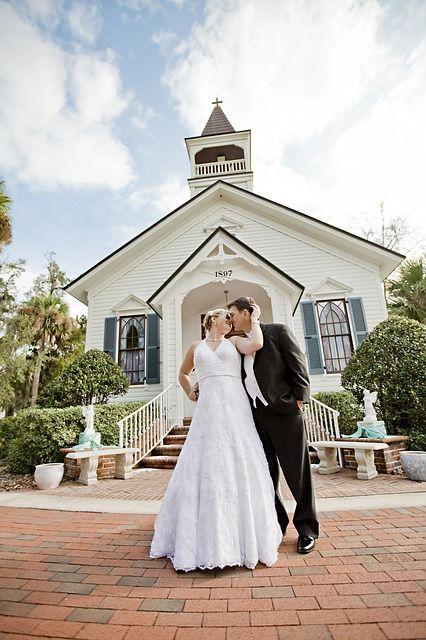 Brautpaar vor einer Kirche | Foto via Pixabay von gpalmisanoadm