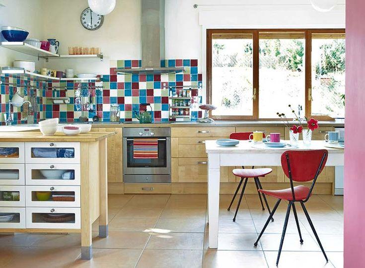 【遊び心とカラフル】レトロな色使いのキッチンタイル