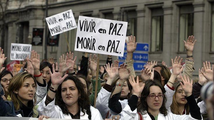 La cámara catalana propone suspender el artículo del Código Penal que castiga con cárcel a quien ayude a morir