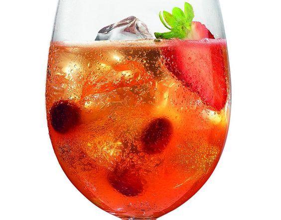 """Der """"Aperol Maracuja Spritz"""" ist ein leckerer Cocktail mit einer ausgewogenen Mischung aus Aperol, Prosecco und Maracuja Saft, verziert mit Cranberries und einer Erdbeere Zubereitung Eiswürfel ins Glas geben, Aperol, Maracujasaft und Limettensaft dazugeben und mit Prosecco auffüllen, Cranberries und halbe Erdbeere als Deko ins Glas geben. Zutaten 4 cl Aperol 6 cl Maracuja Saft 2 cl Prosecco mit Soda auffüllen Limettensaft aus einer halben Limette Cranberries & halbe Erdbeere Das Rezept ..."""