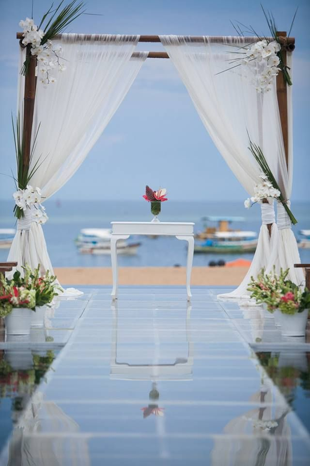 Want to be different on your wedding day? Perhaps this photo will inspire you!  #Sakalaresort #Sakalabeachclub #bali #nilamanihotels