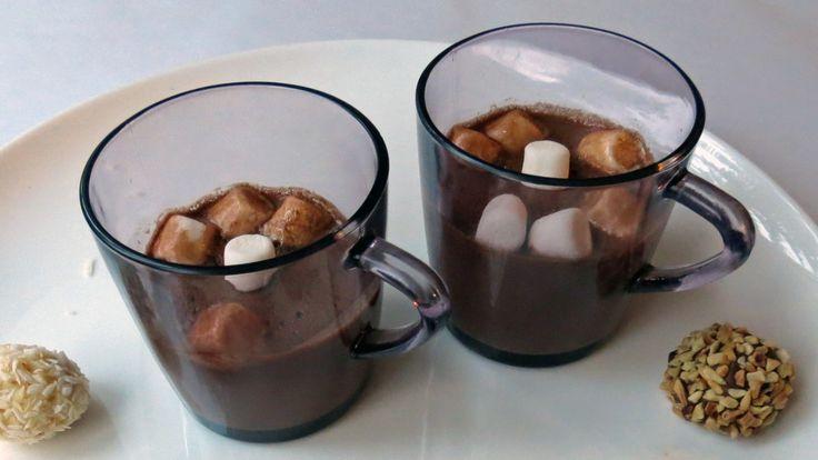 Varm sjokolade med marshmallows - I julen er alt lov! Varm sjokolade med sjokoladetrøfler som tilbehør, gjør godt for søtmonser som ikke bryr seg om vekt og trening. - Foto: Ellen Flå / NRK