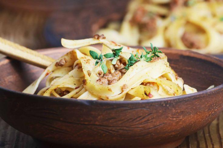Le Pappardelle alla Lepre sono un primo piatto semplice da preparare, gustoso e davvero profumato. Vediamo come conquistare i vostri amici con questa ricetta!
