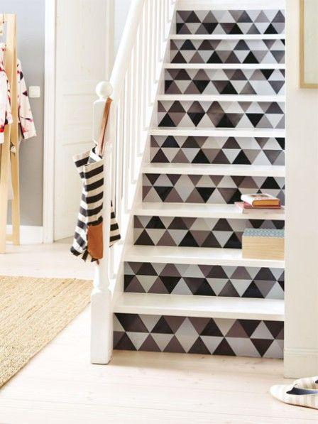 Stufenweise schafft hier eine schlichte Stiege den Aufstieg zum absoluten Design-Star - mit unserem DIY-Tapeten-Trick! #diy