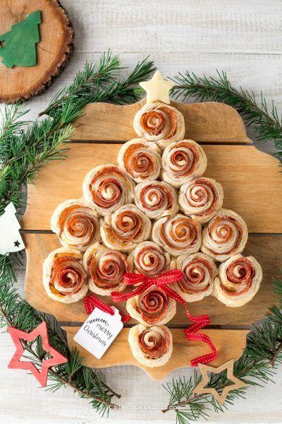 L'albero di Natale di pasta sfoglia fatto con tante rose gustose è l'idea vincente per l'antipasto dei giorni di festa, un centrotavola tutto da mangiare...