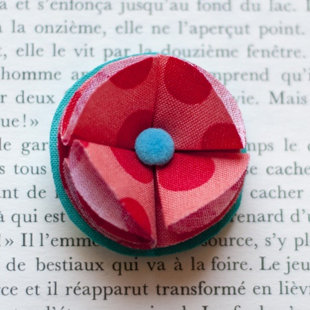 "1.7"" Fabric brooch 'Red Kezako' - $13.30  #broche #brooch #tissu #fabric #peachbanana"
