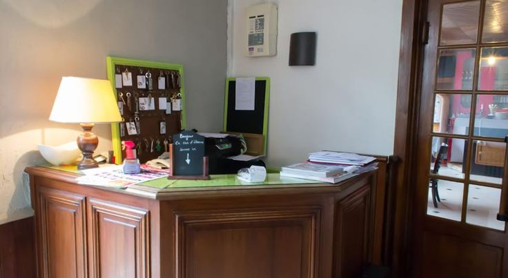La Tete Noire Montrichard La Tête Noire is a charming hotel located in the Chateaux de la Loire region offering a warm welcome and comfortable accommodation.  Guest rooms are equipped with en suite facilities, a TV and a telephone.