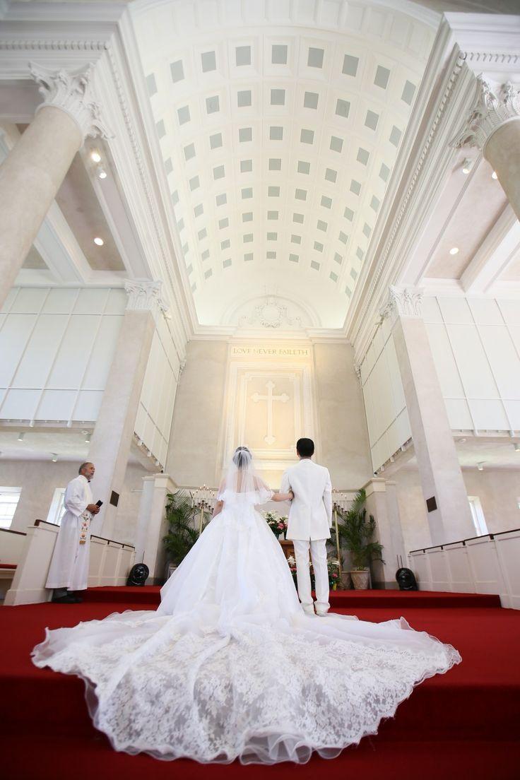 白亜の大聖堂に赤い絨毯が美しい教会でした。 | クラシコウエディング