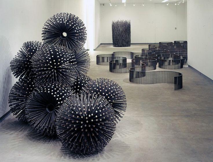 Depuis 30 ans le sculpteur américain John Bisbee réalise des sculptures en n'utilisant que des clous qui sont pliés, plantés et déformés pour créer des installations géométriques ou plus organiques.
