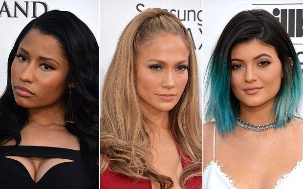 Nicki Minaj deixou a boca bem natural, dando a impressão de não ter produto nenhum sobre ela. Jennifer Lopez apostou no gloss (será que ele vai voltar para o radar da moda?) para conferir um leve brilho aos lábios. Já Kylie Jenner usou um batom mate da cor dos lábios, deixando-os apagadinhos.