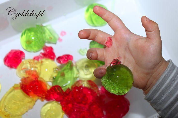 zabawa z galaretką, zabawy sensoryczne, jelly sensory play ideas