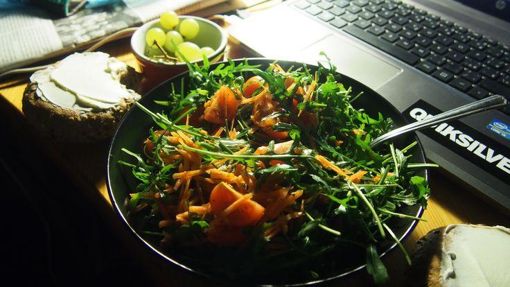 Salát z rukoly, rajčata a tak.. hrozno, keiserky