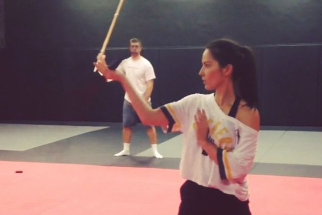 Aaron Rodgers Can Wield a Sword -- Green Bay Packers quarterback Aaron Rodgers can wield a sword because of course he can! Here's Rodgers playing around while his old lady trains for work.