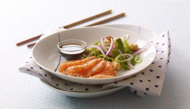 Denne oppskriften kan du bruke enten du skal lage hovedrett eller forrett. Lettvint, men eksklusivt! Sesamfrø gir laksen en søt og deilig smak, og salaten gjør retten frisk. #fisk #oppskrift