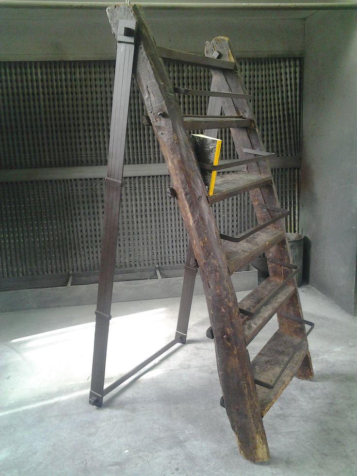 recupero di una scala antica trasformata in libreria di Caporali