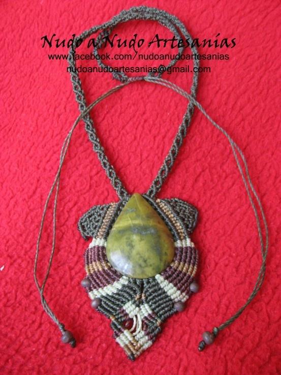 Collar realizado con la piedra Crisoprasa y en macramé